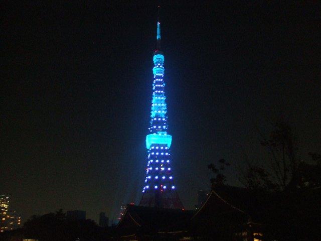 ブルーライトアップされる東京タワー