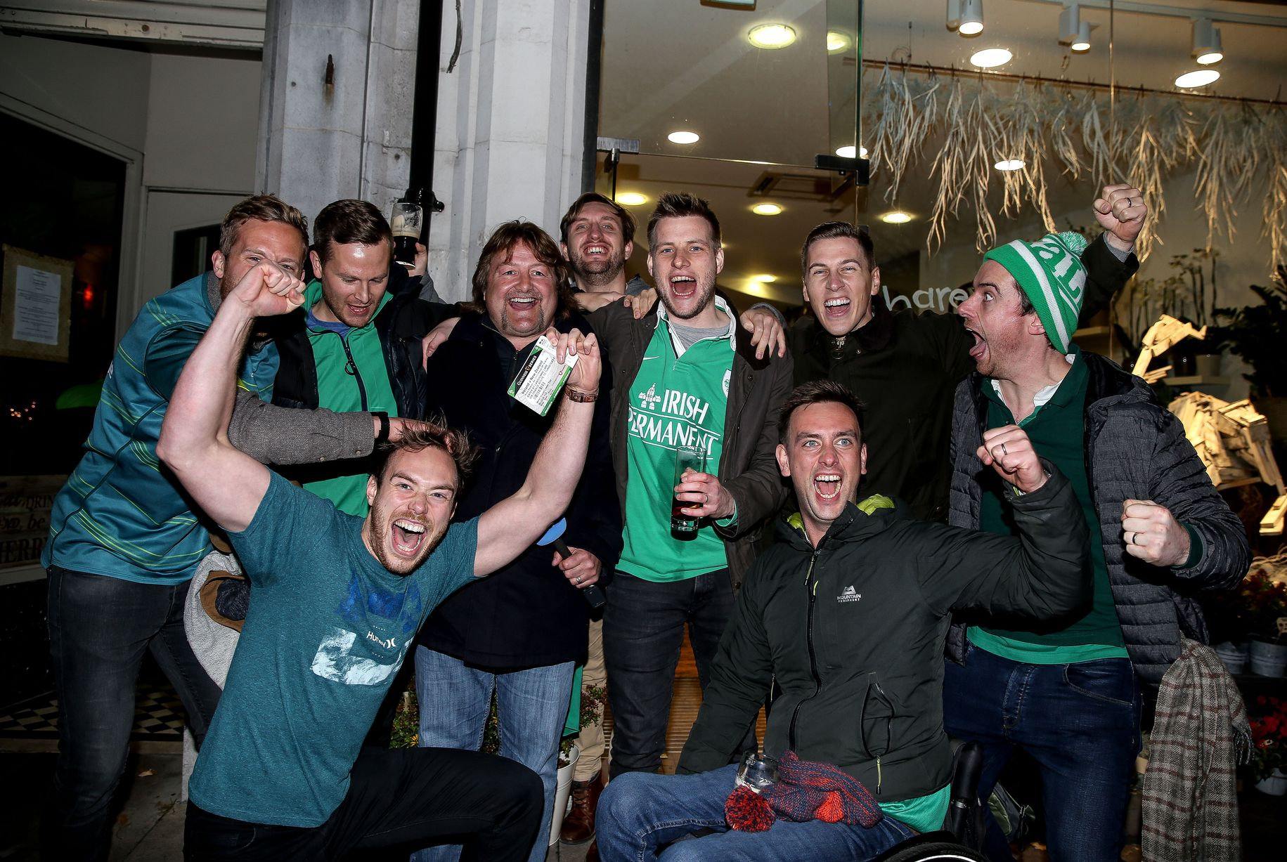 喜ぶアイルランドの応援団