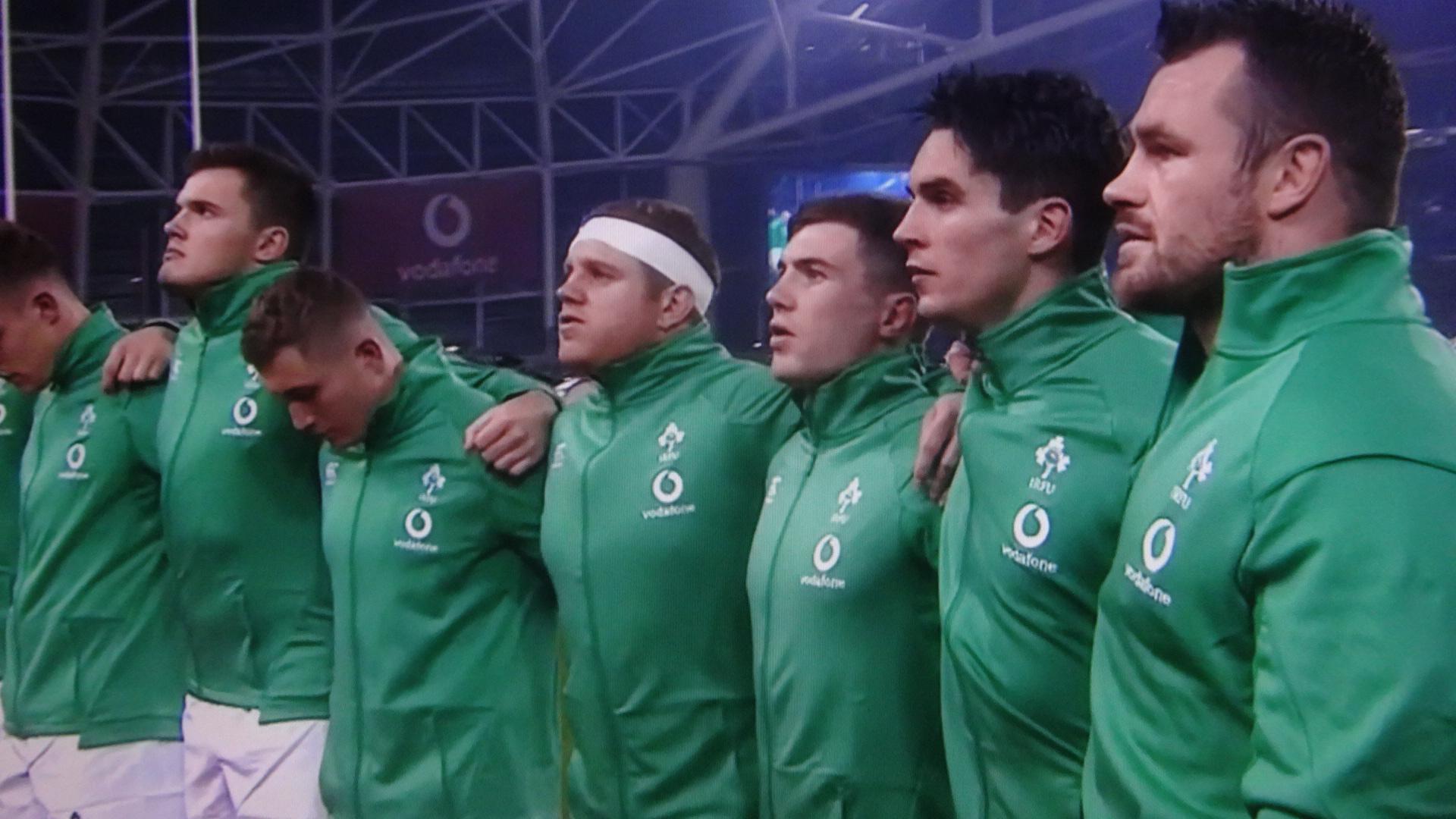 迎え撃つアイルランドの選手たち