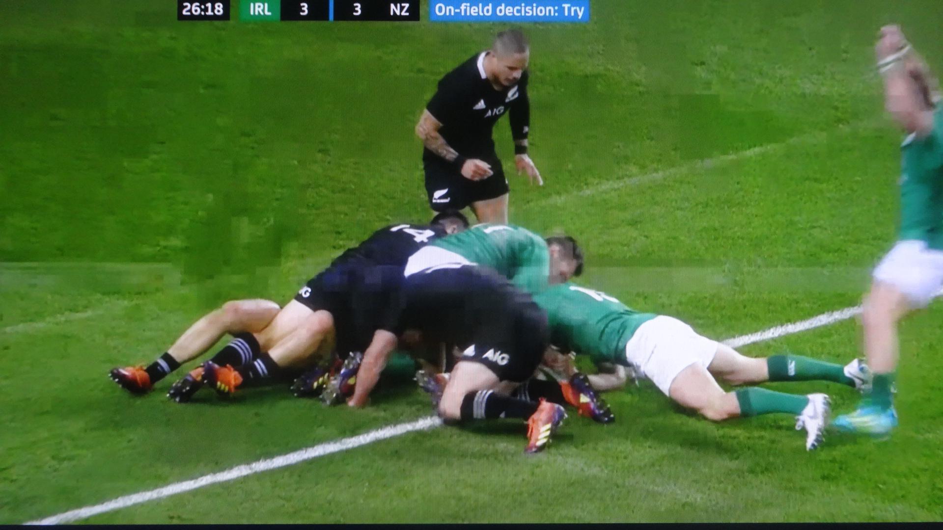 アイルランドがトライを奪いそうなシーン