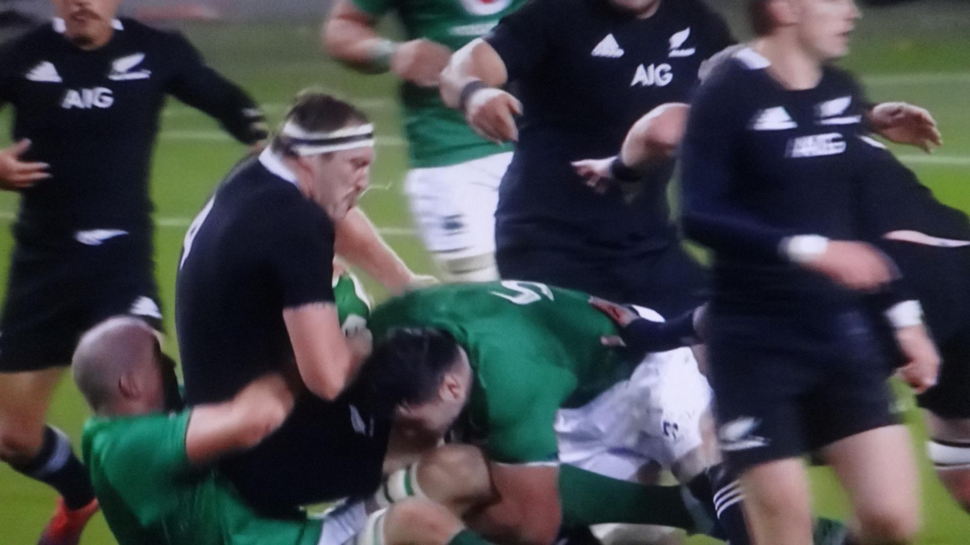 巨漢レタリックを仰向けに押し倒すアイルランド選手