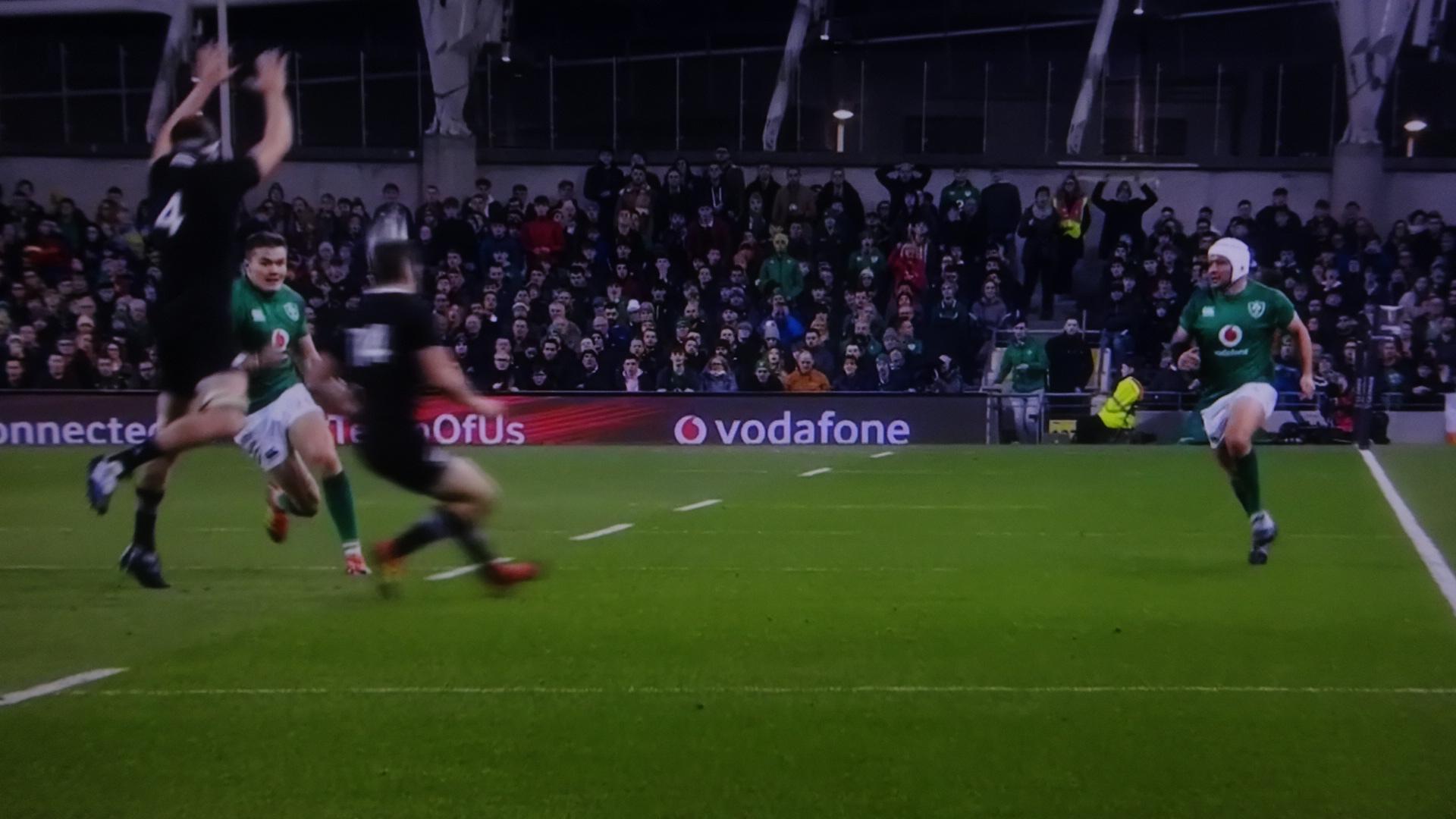 小さなパントを上げるアイルランド選手