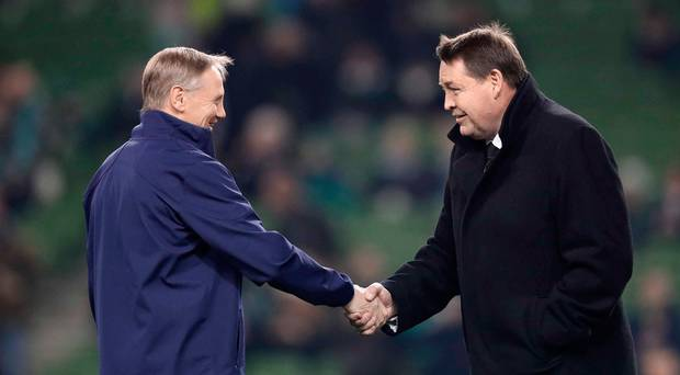 握手するハンセンコーチとシュミットコーチ