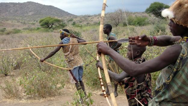 狩りをするアフリカ・タンザニアのハッザ族