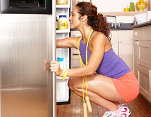 運動後に冷蔵庫の食物を漁る人