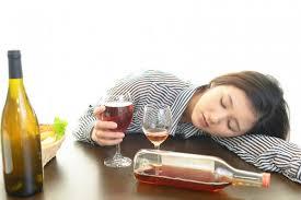酔いつぶれる女性の姿