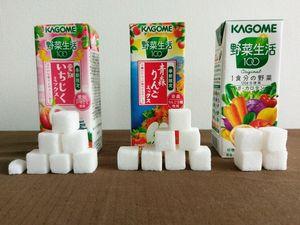 野菜ジュース 果物ジュースに含まれる糖分を角砂糖で示した写真