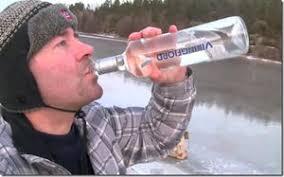 ウオッカを飲む人の写真
