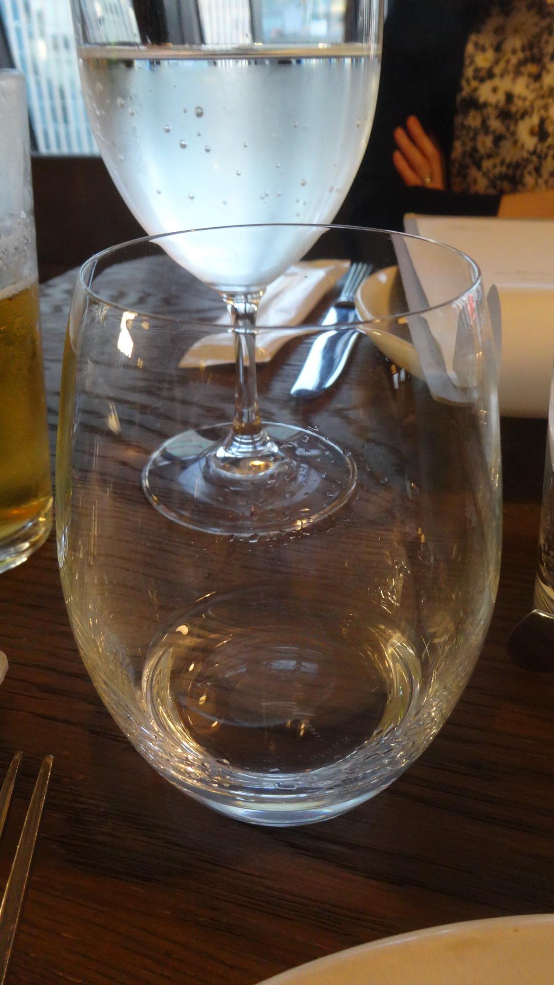 透明の液体が入ったグラス