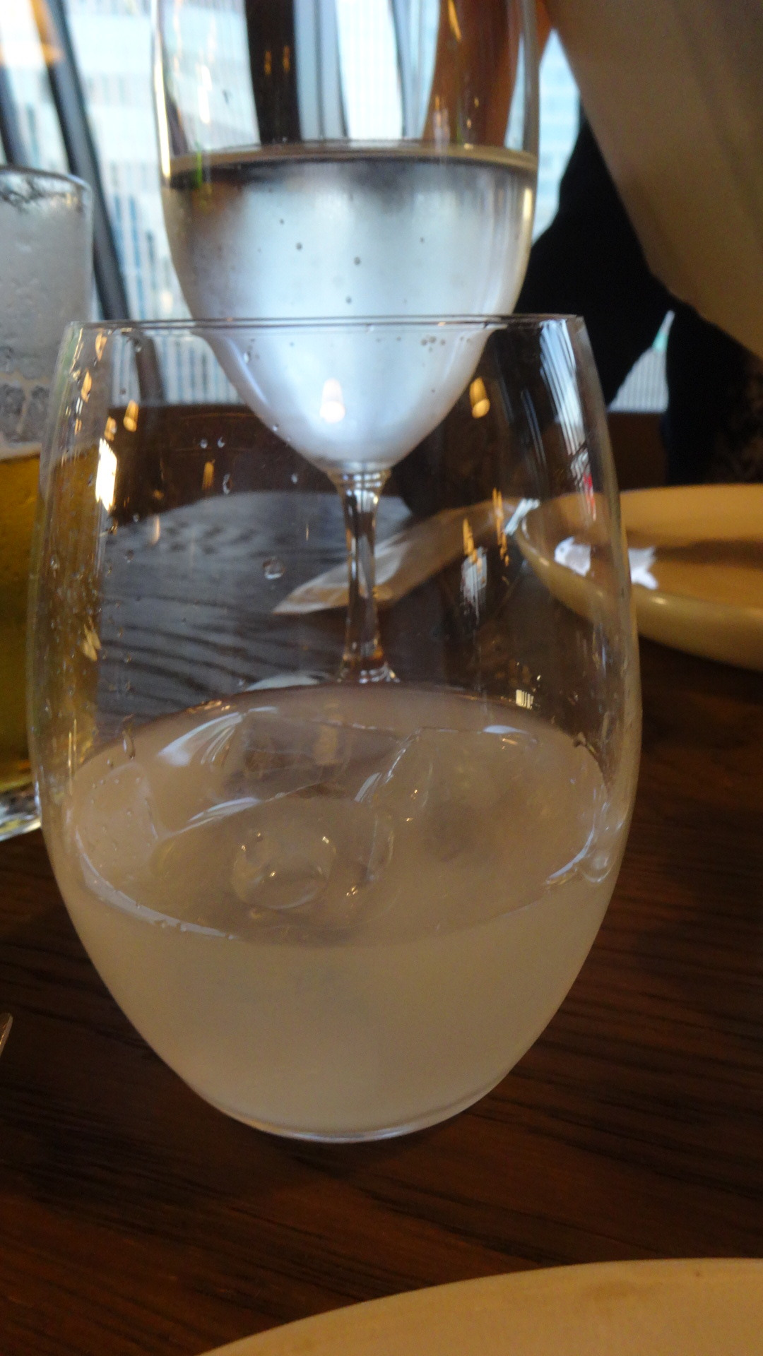 水を入れたら白濁したグラス