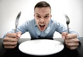 空のお皿を前に食欲を訴える人