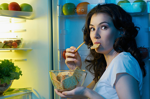 冷蔵庫を開けて盗み食いしている人