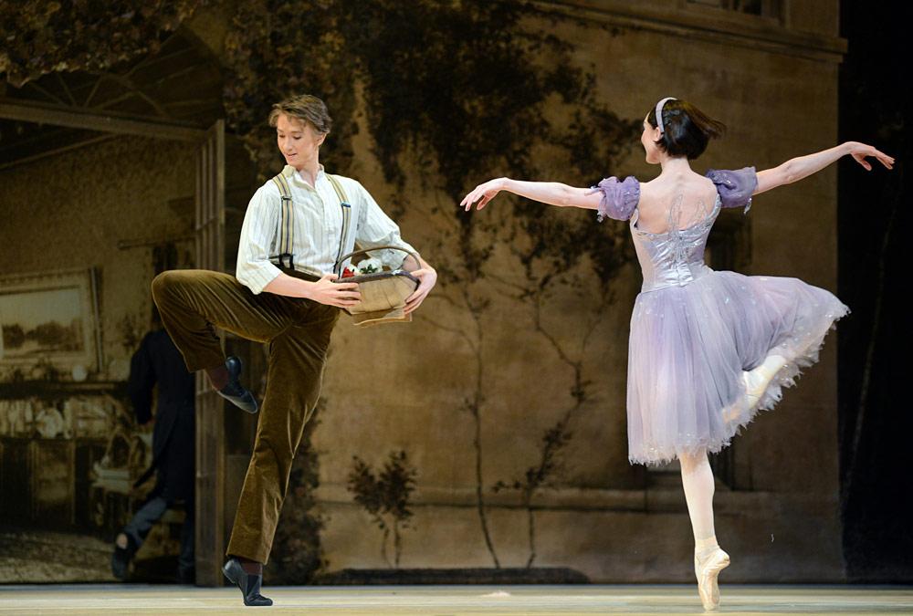 クラシックバレエを踊る様子