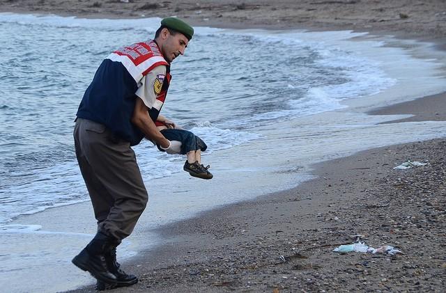 海岸で難民の死体を処理する兵士