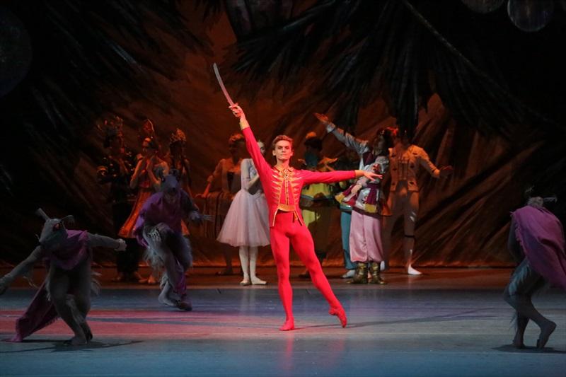 ハンサムな王子を演じるダンサー