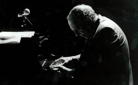 演奏するジャズピアニスト