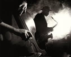 演奏するジャズのベーシスト