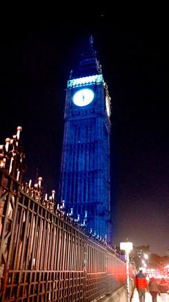 ブルーライトアップされるロンドン塔