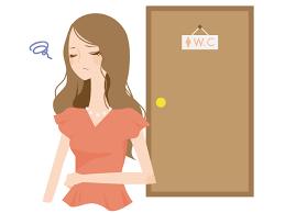 トイレを我慢する女性の姿