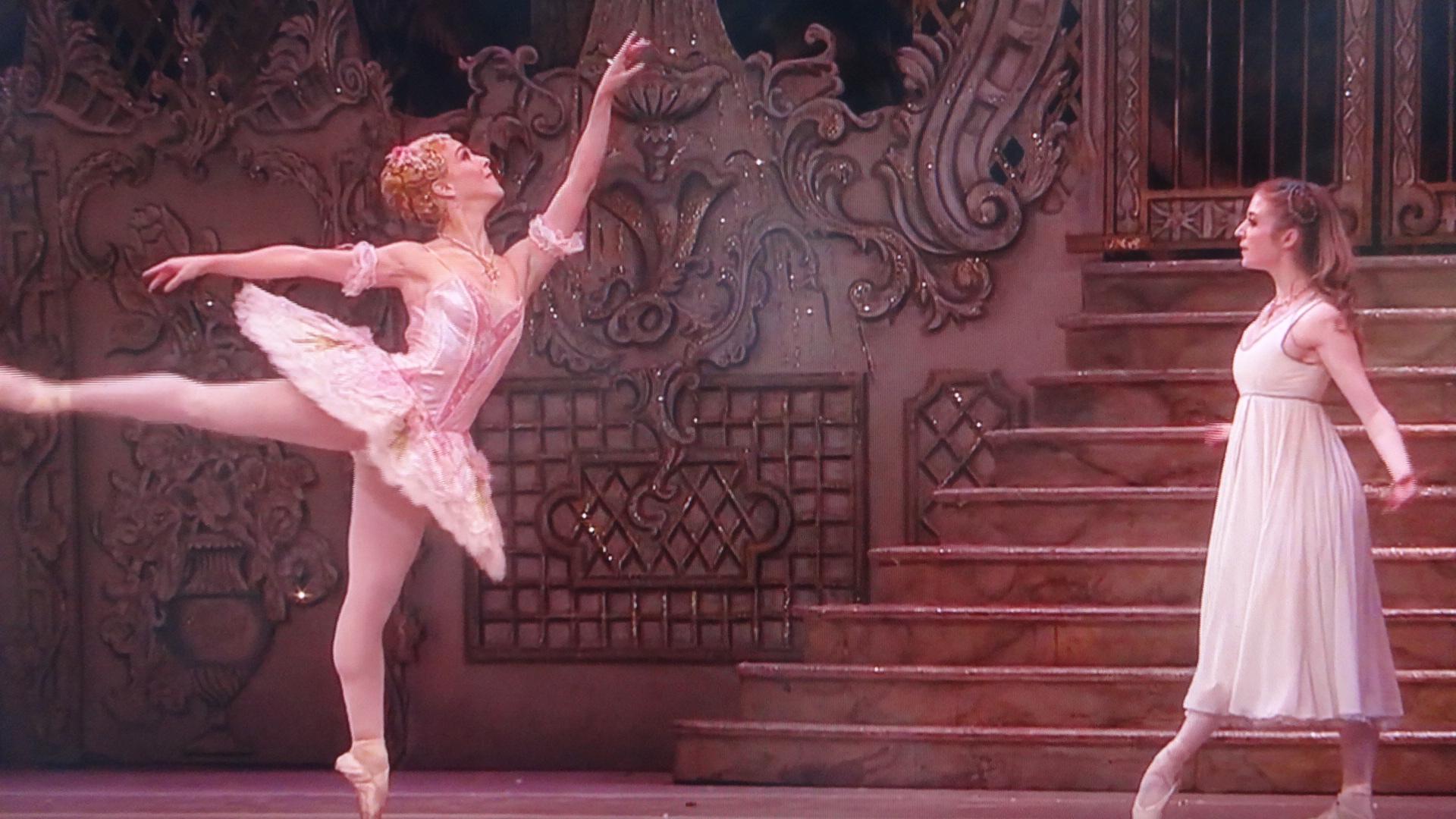 金平糖の妖精の仕草や表情を必死に真似て踊るクララ