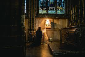 教会で祈る人の姿