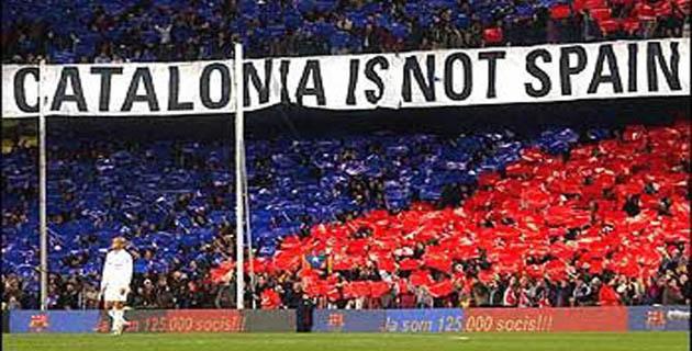 カタロニアはスペインではない と書かれた横断幕
