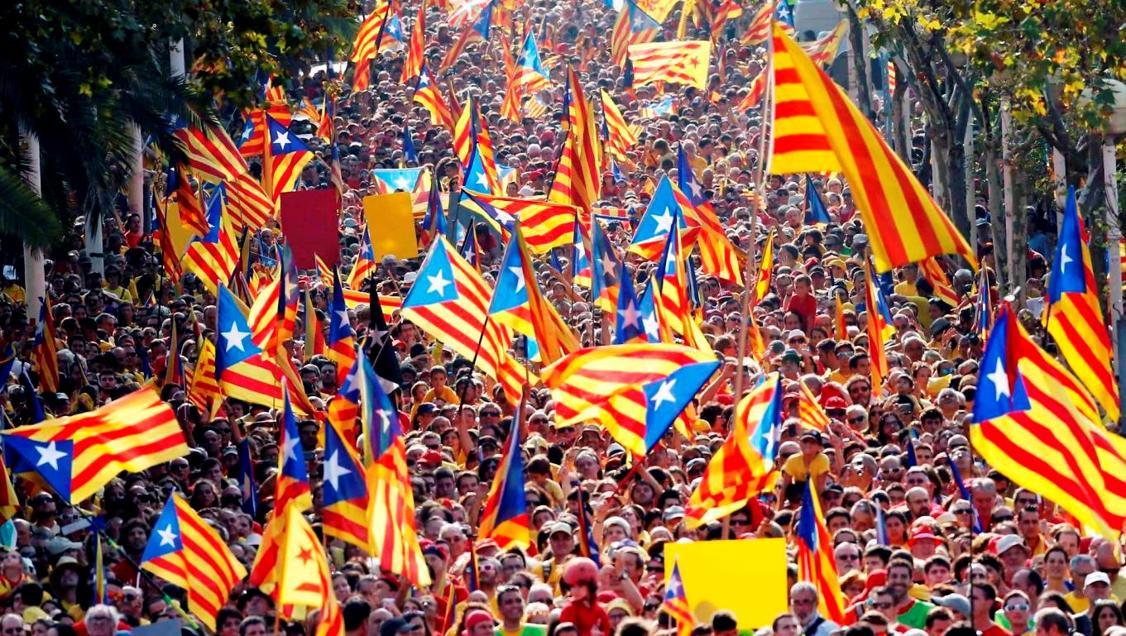 独立デモに参加するすごくたくさんの人々