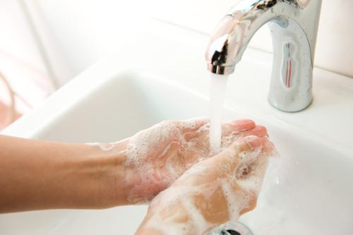 石鹸をつけて手を洗っている様子