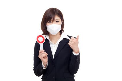風邪をひいてマスクをしている人