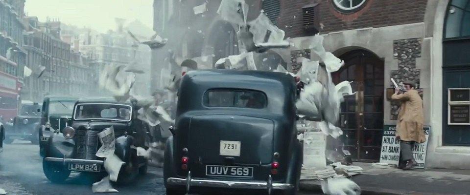 タクシーが新聞スタンドに飛び込んでいる写真