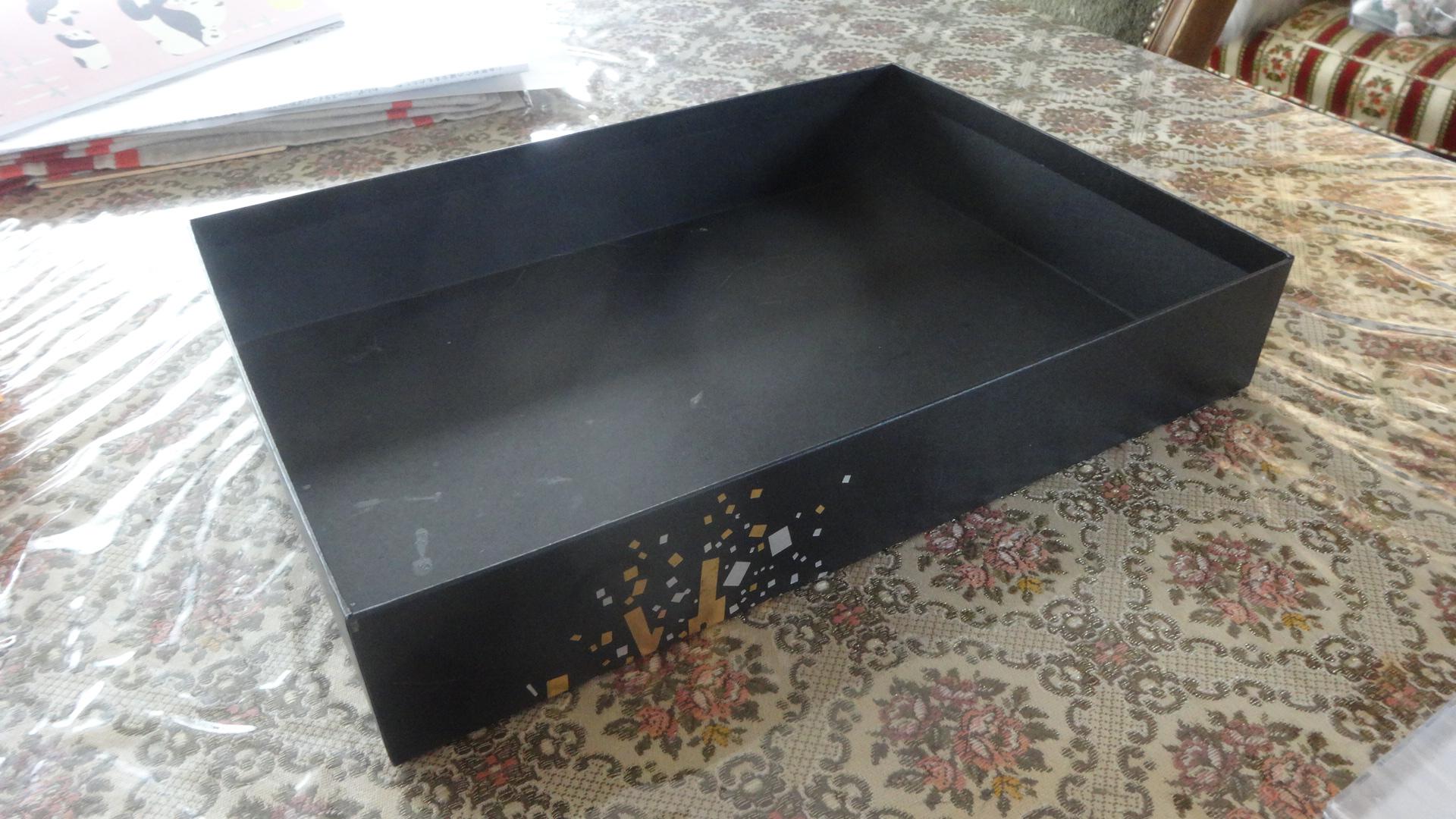 テーブルの上の小さな黒い箱