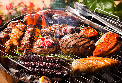 肉ばかり並んだ食卓