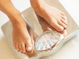 体重測定をしている人の姿