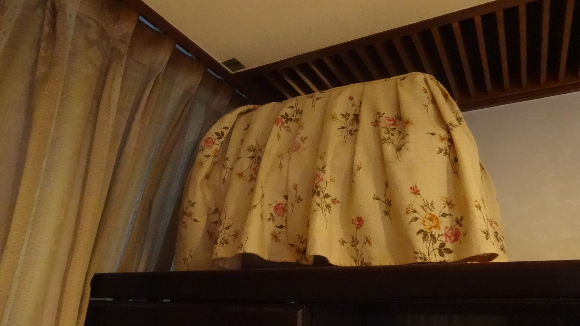 居間の隅の本棚の上に置かれたキャリー