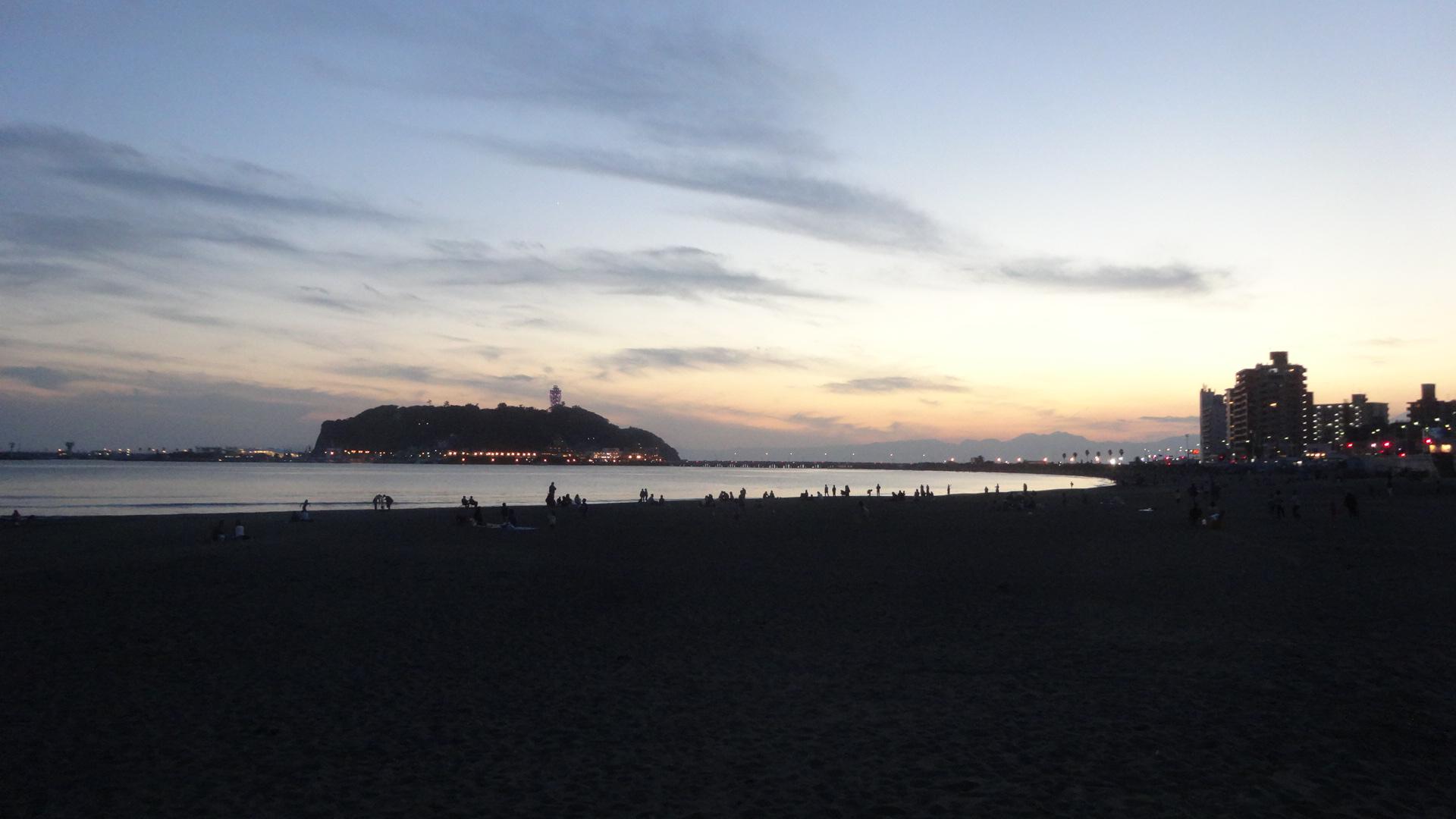 夕日が沈む江の島の風景
