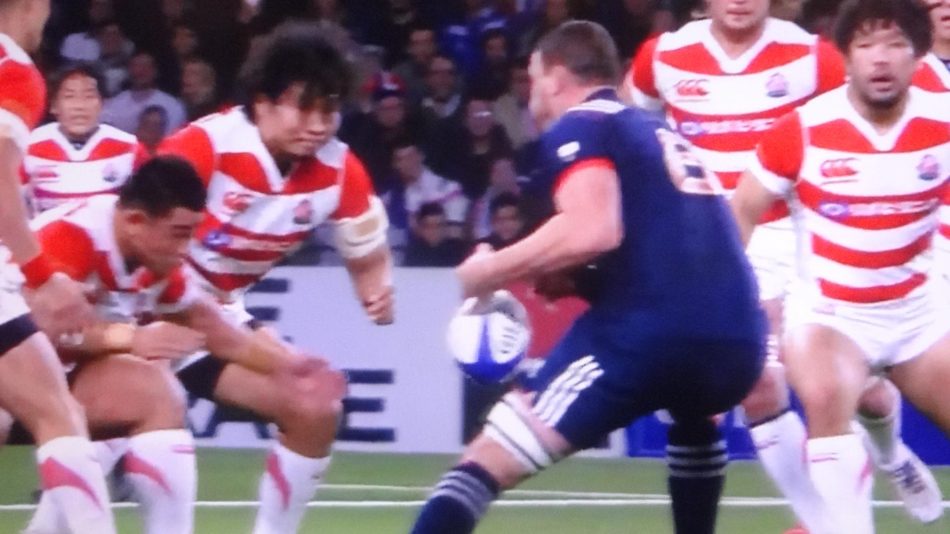 素早く前に出る防御を見せる日本代表