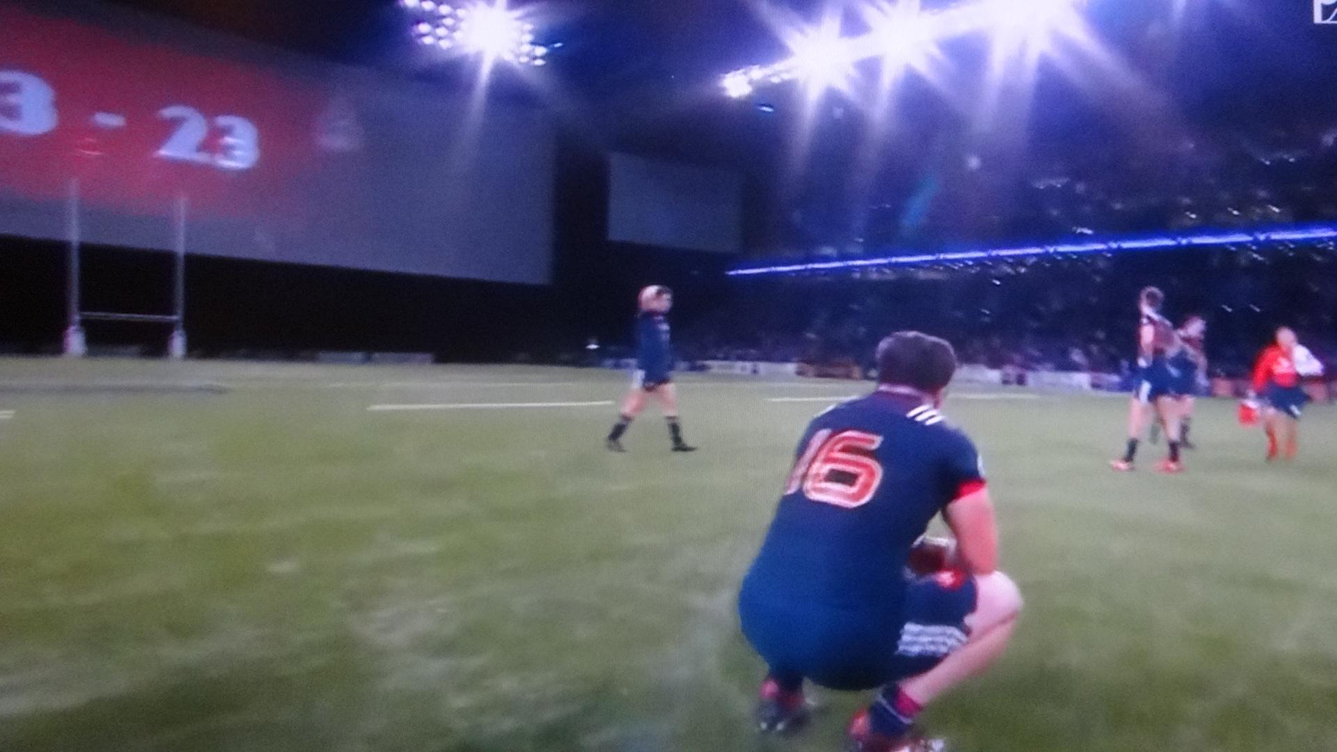 グランドに跪くフランスの選手