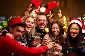 仮装してクリスマスパーテイを楽しむ外国人たち