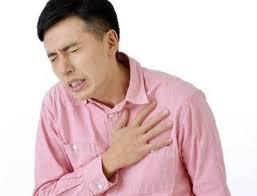 痛みで前胸部を抑える人の写真