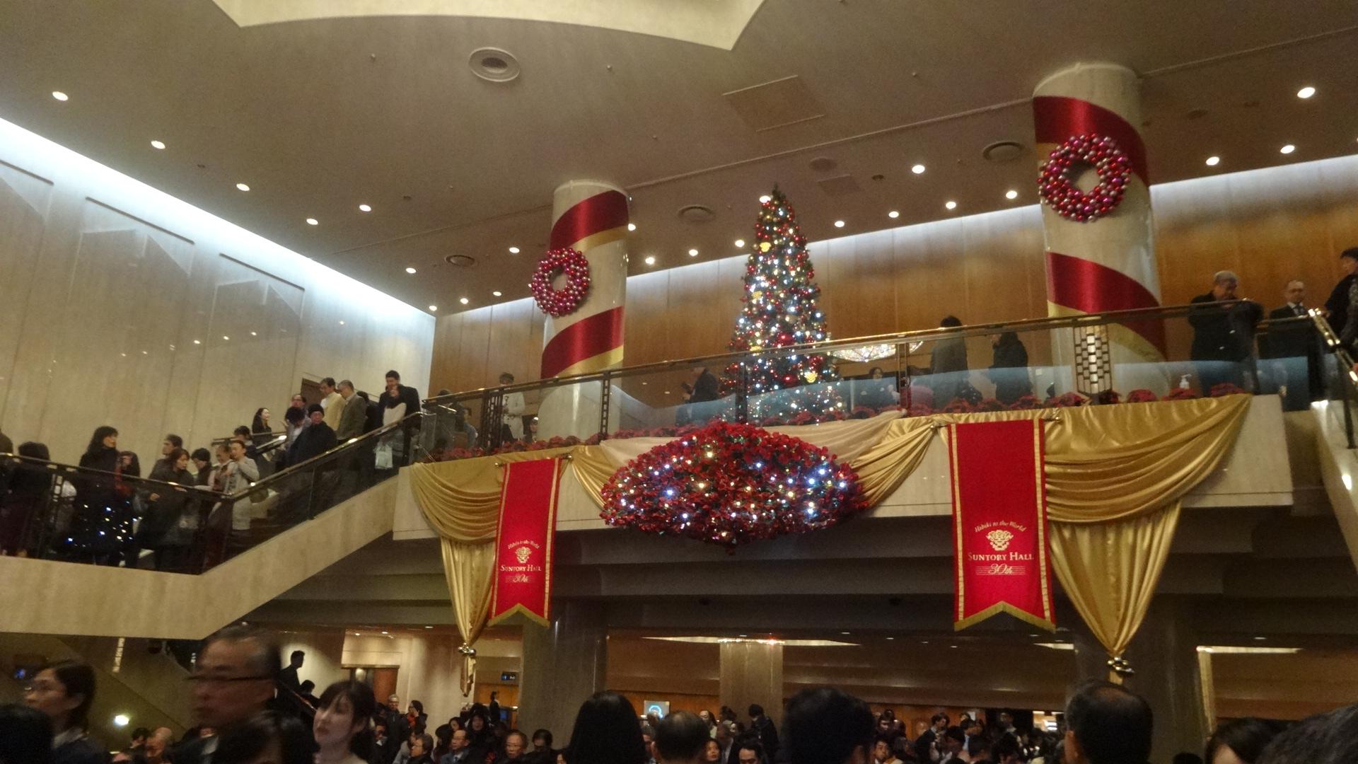 クリスマスの装いのサントリーホール