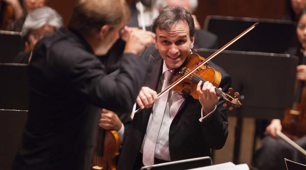 楽しそうな表情で指揮者を見る演奏中のギル・シャハム