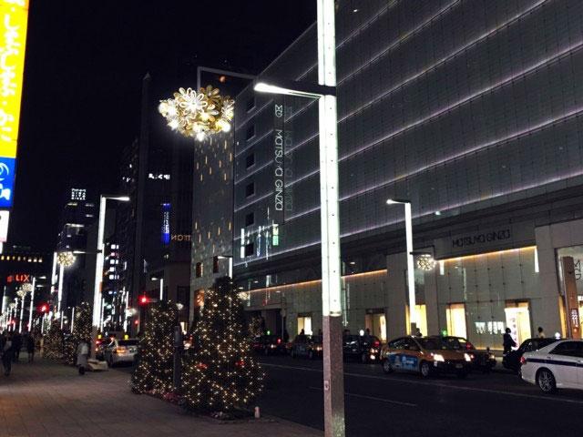 夜の銀座の街並みの写真