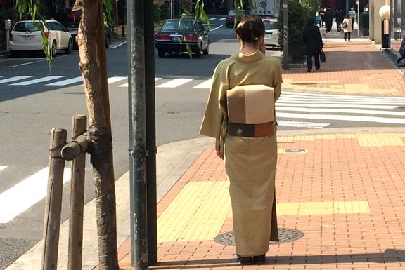 柳染めの着物 帯を着た女性が銀座を歩く様子