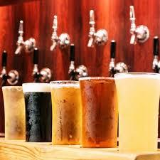 色々な種類の地ビールが入ったグラス