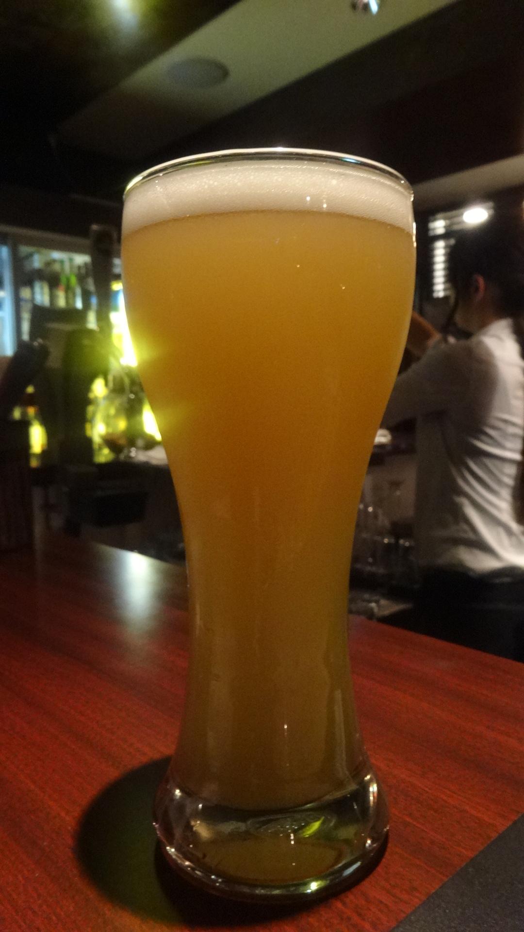 関西は箕面の 白ビールのグラス