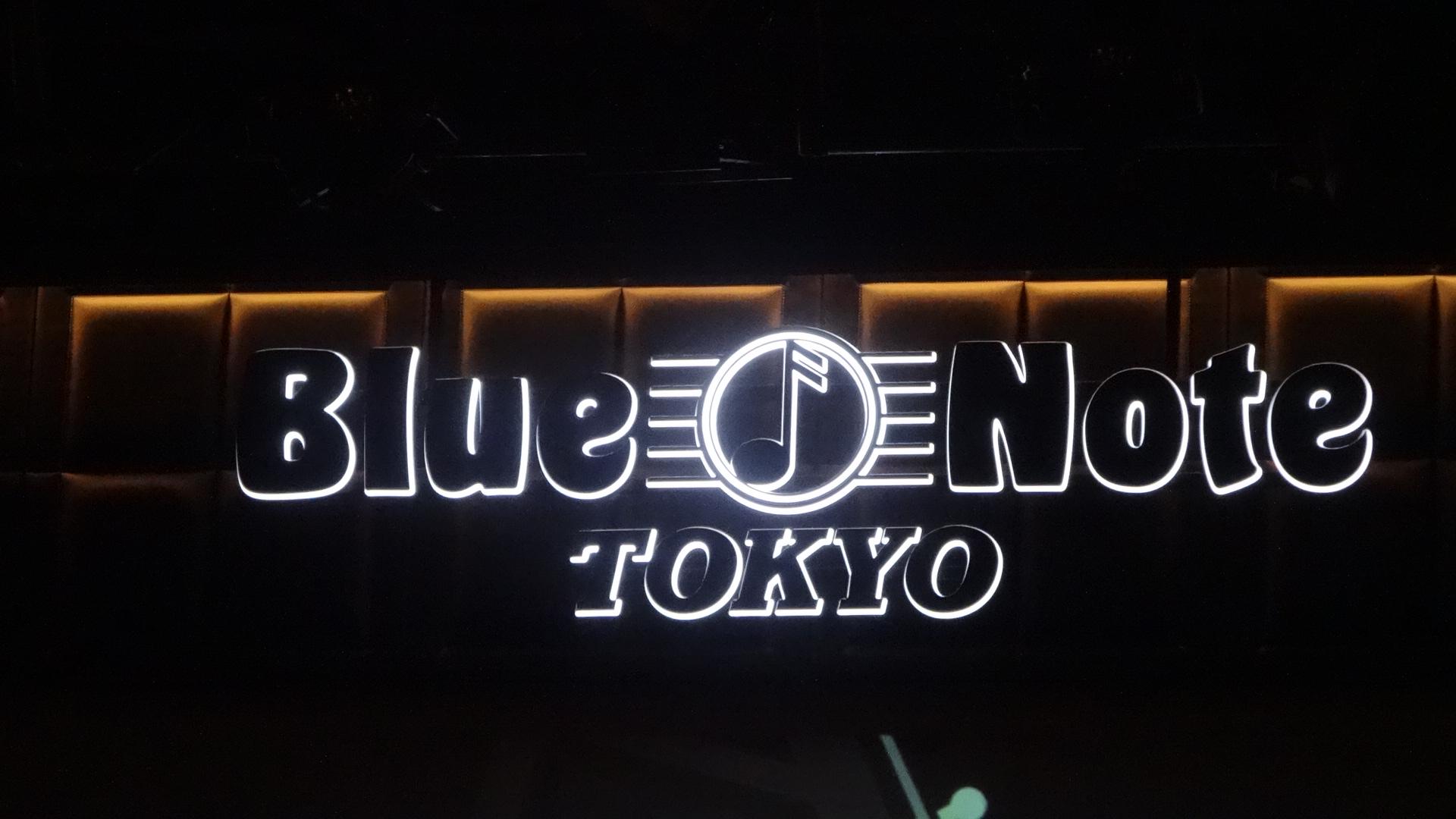 Blue Note Tokyoの入口のネオン看板