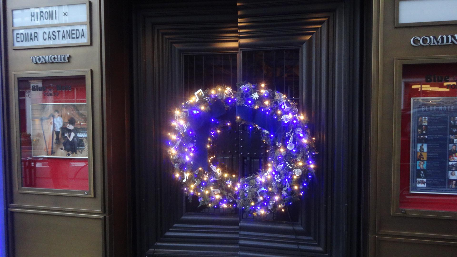 クリスマスデコレーションで飾られていた入口