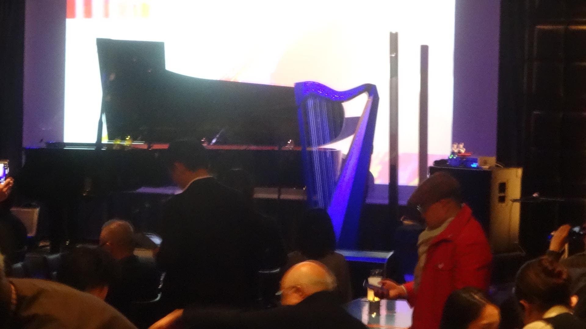 ステージの上のグランドピアノとハープ