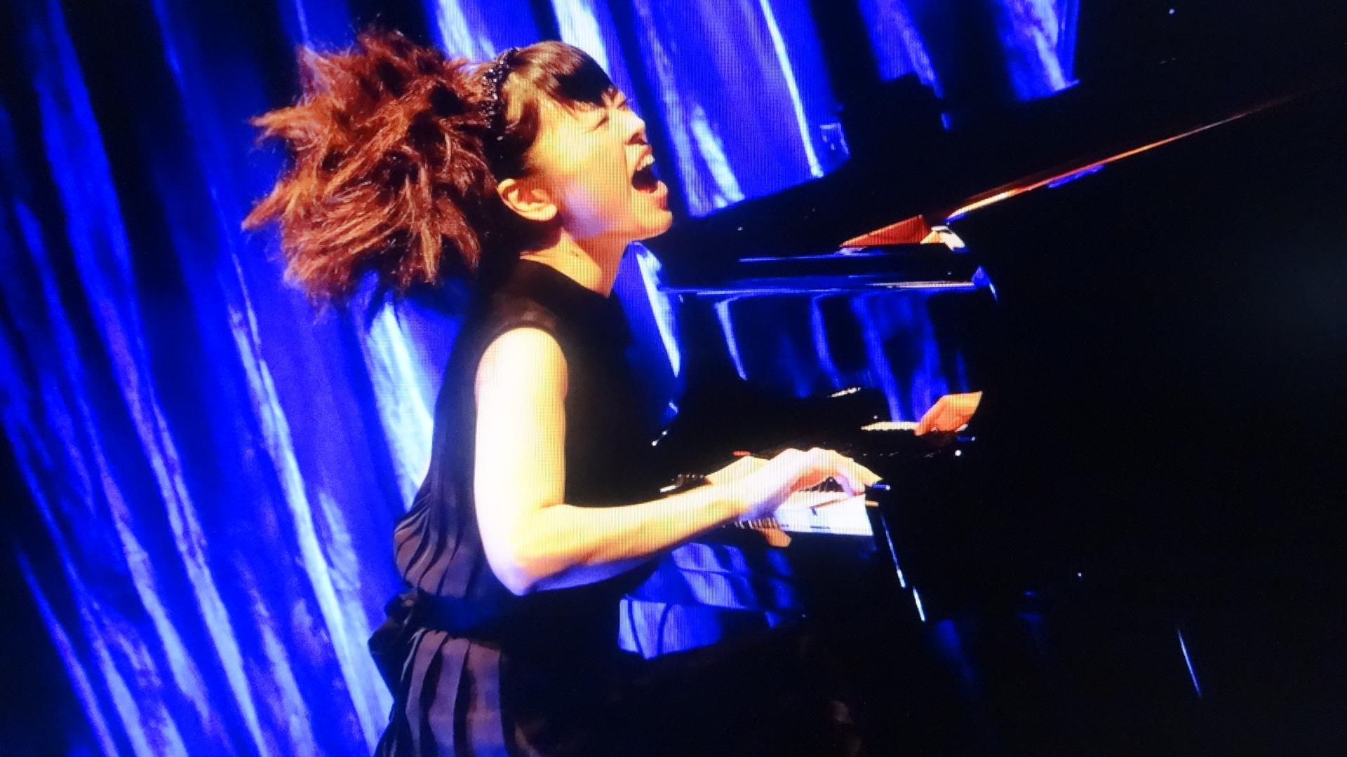 ピアノと格闘している雰囲気のHIROMI