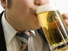 美味しそうにビールを飲む人の写真